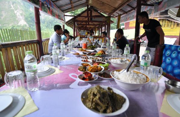 beragam masakan Minang digelar di pondok lesehan
