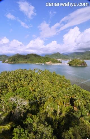 pemandangan pulau Cingkuak dari atas mercusuar