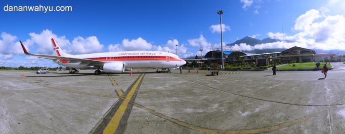 Garuda Indonesia di Bandara Sentani