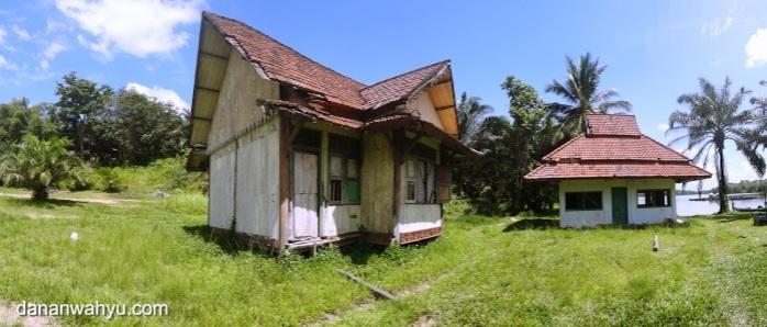 bangunan di pinggir bendungan tak terawat
