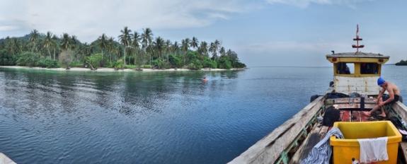 menyepi di sisi pulau Kelagian Besar