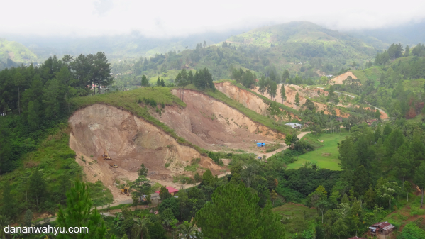 dari bukit Sentiong terlihat bukit digerus habis