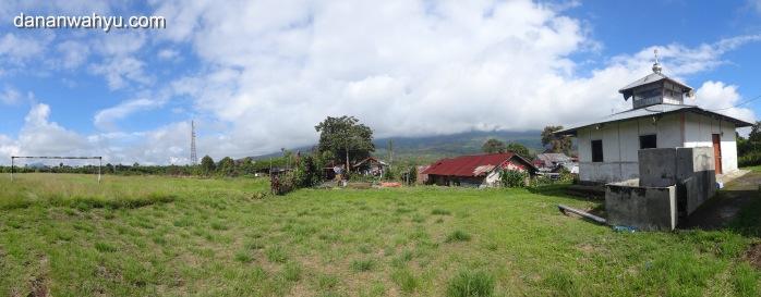 gunung Kerinci panorama di belakang surau
