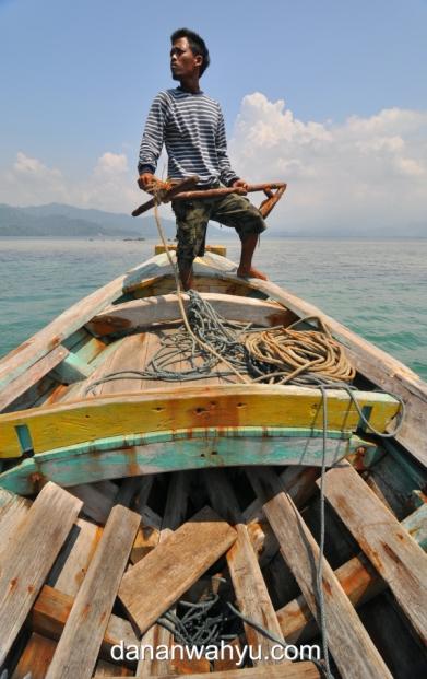 nakoda menurunkan sauh berhati-hati agar tidak merusak terumbu karang
