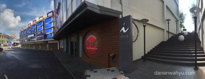 jalan penghubung i-Hotel dan Nagoya Hill Mall
