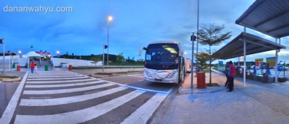 Menanti bus terakhir di Nusajaya, Johor Bahru