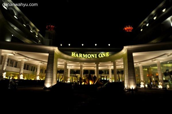 pintu gerbang Harmoni Hotel