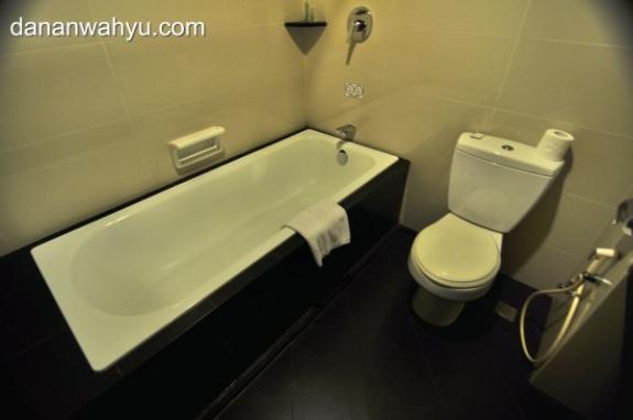 kamar mandi dilengkapi bathtube