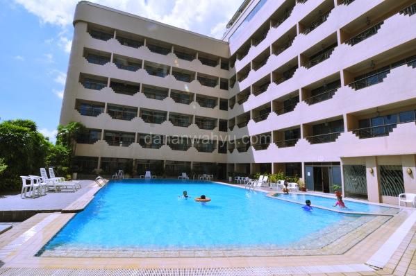 kolam renang Harmoni Nagoya Hotel