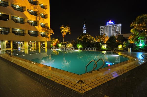 penampakan kolam renang malam hari