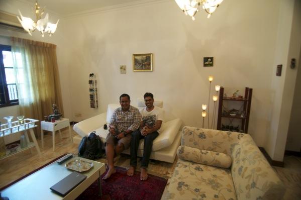 Berfoto bersama Kirit di ruang tamu