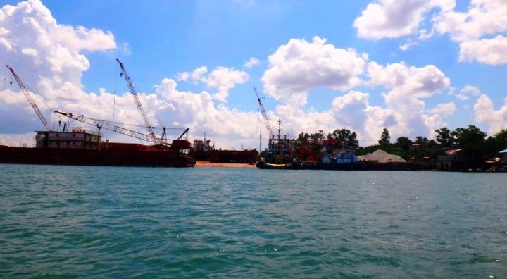 galangan kapal besar di pesisir barat Batam