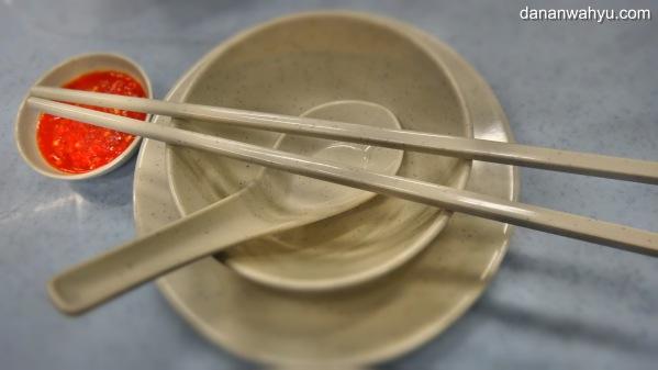 perlengkapan tempur sebelum mengacak-acak meja makan