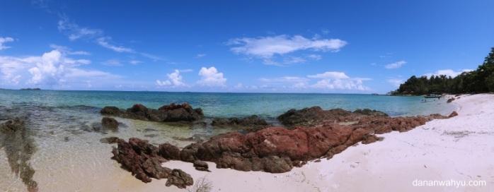batu karang di tepi pantai lokasi favorit foto