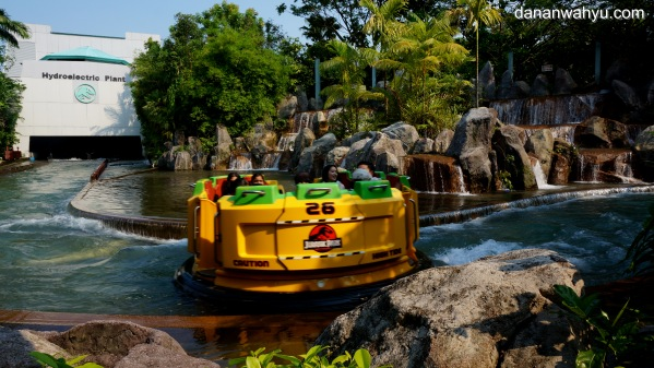 wahana Jurrasic Park Rapids Adventure di Universal Studio Singapura