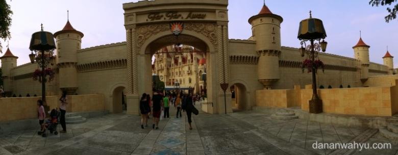 pintu gerbang Far Far Away bukan pintu pasar malem