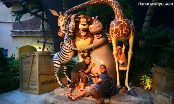 dibantuin foto bareng Madagascar