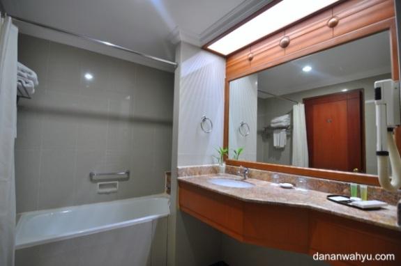 kamar mandinya tetap luas
