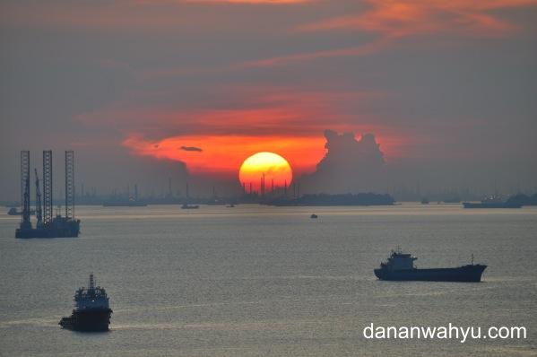 menikmati sunset dari lantai 22 Planet Holiday Resort dan Hotel