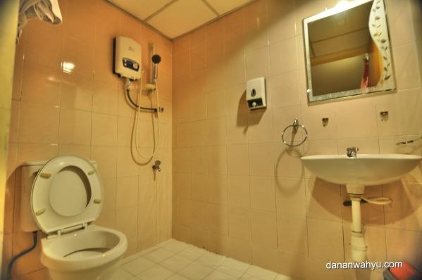 kamar mandi bersih tersedia air hangat dan handuk bersih