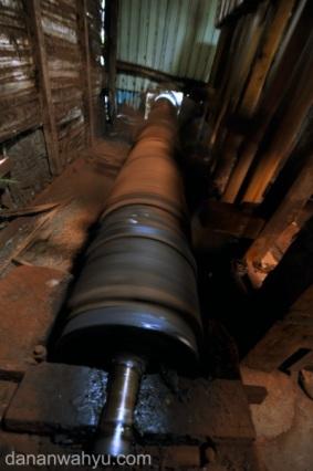 poros kincir menggerakan alu kayu