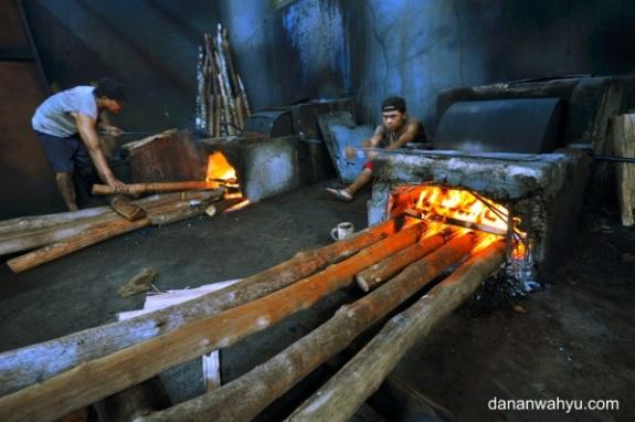 kayu kering disorongkan agar api tetap menyala