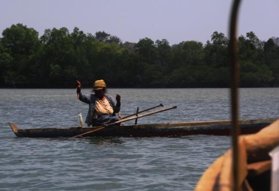wanita suku laut memancing sotong