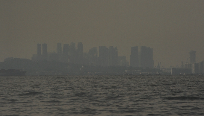 bayangan kapal angkatan laut di antara gedung menjulang