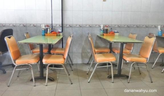 formasi - meja kecil dan empat kursi