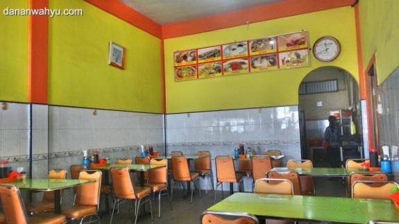 warung mpek-mpek nuansa kuning, hijau, oranye