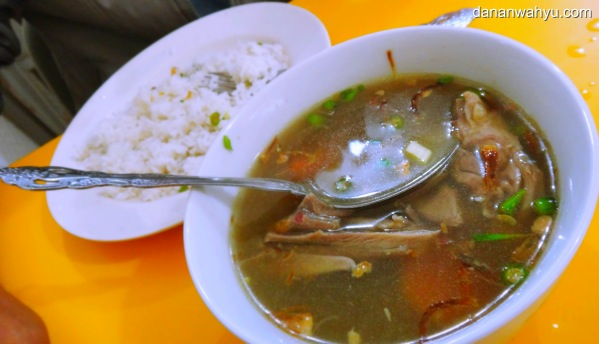 potongan ayam kampung empuk memenuhi Sup  AyamTua Poh Tie