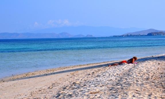 ilustrasi: berjemur di pulau Kanawa