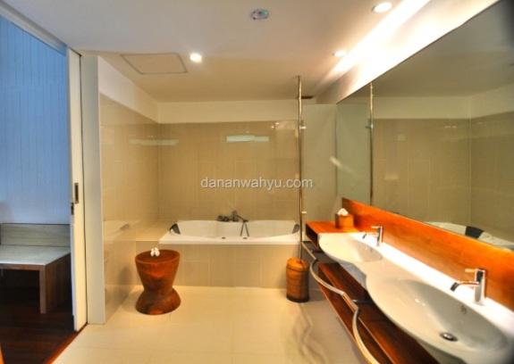 kamar mandinya luas banget jadi mandi berdua