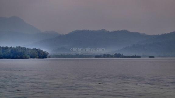 hujan lebat menyisakan mendung dan kabut di ufuk timur