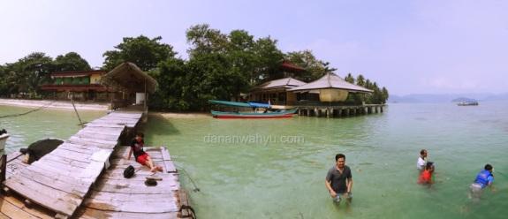 Bermain air di Tanjung Putus