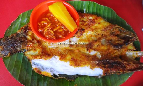 ikan baung bakar bersama sambal mangga