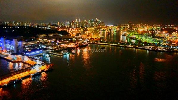 menyebrangi laut kecil antara Sentosa Island dan Singapura