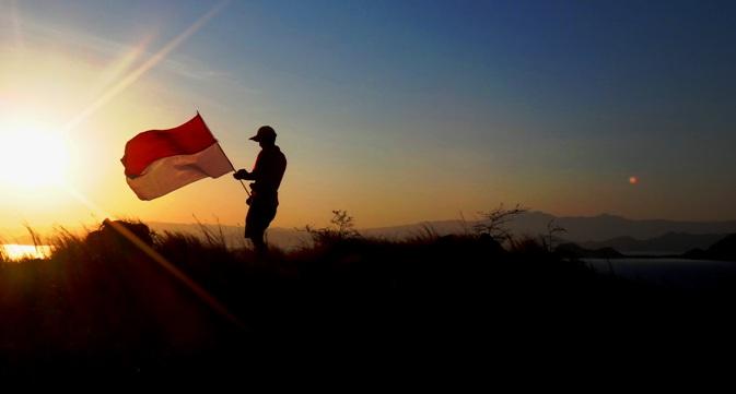 bangga mengibarkan merah putih di Puncak Bukit Kanawa - Taman Nasional Komodo