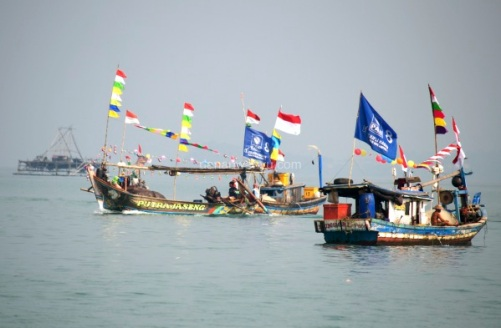 perahu nelayan warna-warni