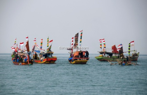 deretan kapal nelayan warna-warni tambah banyak