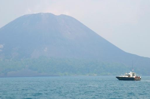 puncak gunung anak Krakatau mulai terlihat