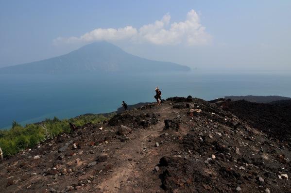 Berdiri di puncak gunung anak krakatau
