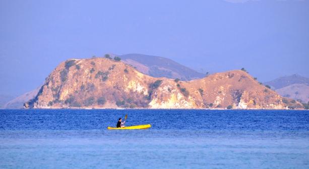kontras - bukit sabana dan lautan biru