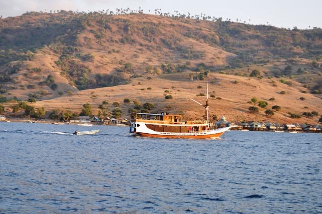 berlayar di depan kampung Komodo