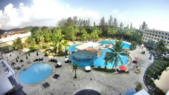 kolam renang yang luas