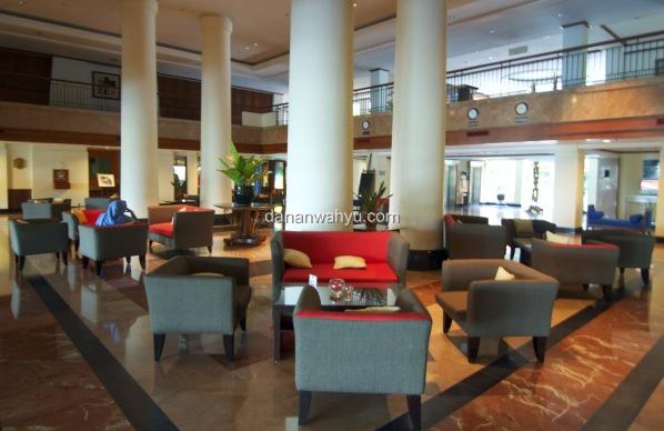 Desain minimalis Lobi Novotel Hotel