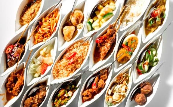 versi asli rijsttafel terdiri 60 ragam kuliner (sumber http://www.garoeda)