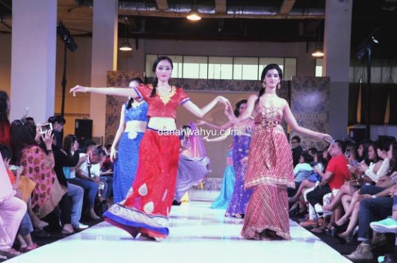 iringan wanita berpakaian khas  India