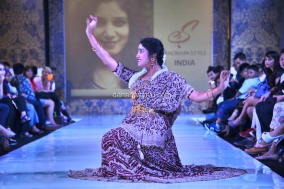 penari India menyemarakan suasana