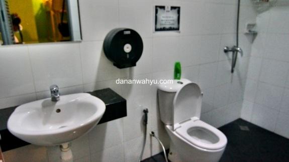 kebersihan penginapan tercermin dari kamar mandinya